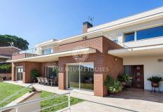 Casa en venta en Argentona, centre. Exquisita casa familiar de diseño