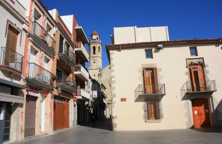 Calle con vista a la Iglesia de Calella