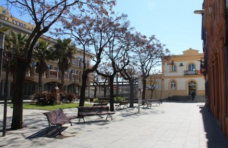 Passeig davant de l'estació de tren de Malgrat de Mar