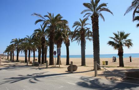Paseo junto a la playa de Santa Susana